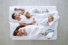 So ein Ehebett kann ganz schön eng werden, wenn darin plötzlich vier Menschen Platz haben wollen. Denn natürlich (!) will sich das Große auch wieder zu Mama und Papa kuscheln, wenn sich das Baby dort so selbstverständlich breit macht. Das gilt auch, wenn das Große längst schon im eigenen Bett schlief. Und weil man einem Zwei-, Drei- oder Vierjährigen sehr schlecht begreiflich machen kann, warum es bitte schön auch weiterhin dort schlafen soll, versucht man es am besten erst gar nicht. Wer im Knäuel aus Händen, Füßen, Stillkissen und Schlafsäckchen keine Ruhe findet, legt am besten eine Extra-Matratze neben das große Bett. Auf die kann dann immer der ausweichen, der am meisten genervt ist.