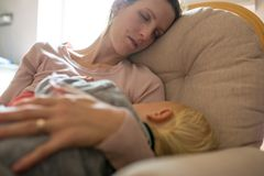 Schlafen, wenn das Baby schläft? Guter Witz. Denn wann soll man dann den Haushalt machen, das Große vom Kindergarten abholen und die Oma zum Babybestaunen einladen? Spaß beiseite, denn die Lage ist ernst! Schlafforscher vergleichen den Schlafmangel in der ersten Babyzeit gern mit Folter: Er macht Kopfschmerzen, infektanfällig und gereizt, manche sogar depressiv – keine guten Voraussetzungen für eine entspannte Familienatmosphäre.   Die Lösung für mehr Schlaf: Die Nachtschichten werden aufgeteilt! Wenn Papa dran ist, kommt die abgepumpte Milch eben aus dem Fläschchen.