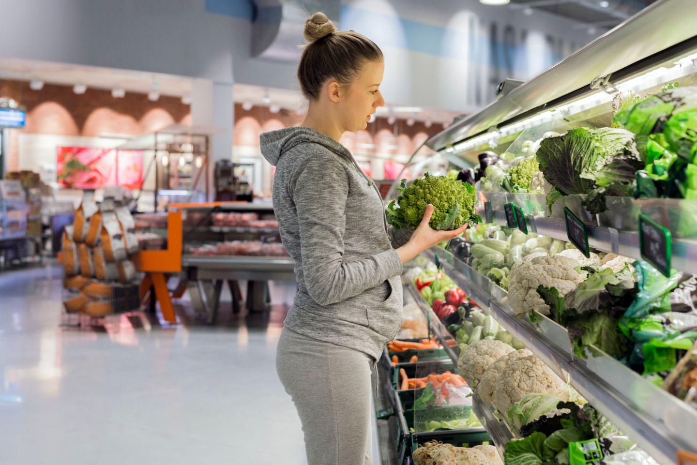 Schwangere sucht Gemüse aus