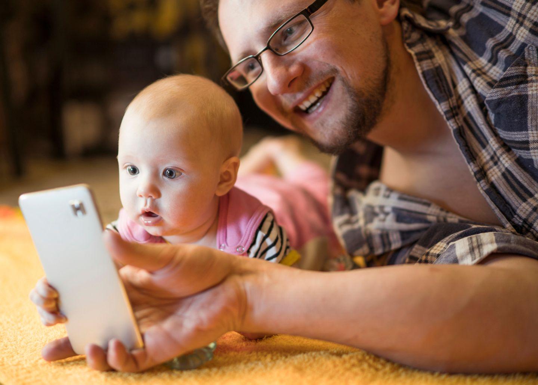 """Diese Videos sind immer wieder virale Hits: Eltern filmen ihr Kind jeden Tag eine Sekunde lang – am besten immer aus dem gleichen Blickwinkel. Heraus kommt ein Film, der die Entwicklung im Zeitraffer zeigt. Das können alle Eltern (wenn sie Zeit und Nerven für das tägliche Filmen haben) zum Beispiel mit der App """"1 Second Everyday"""". Es gibt sie für iOS (5,49, Euro) und Android (kostenlos, aber mit Werbung)."""
