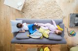Kinder auf dem Sofa
