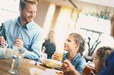 Kinder und Eltern im Restaurant
