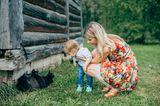 Mutter und Kind beobachten Kätzchen