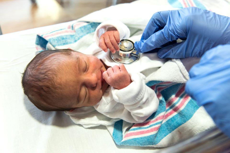 Neugeborenes wird abgehört