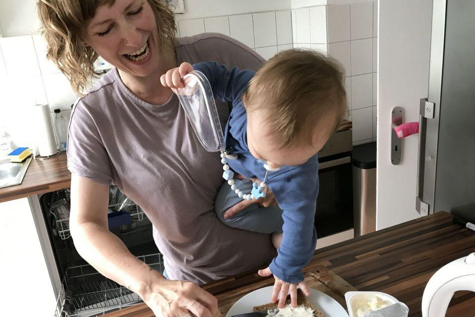 Blog Lächeln und winken Kind auf dem Arm