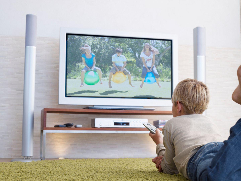 """Wer kann schon das ganze Kinderprogramm kennen? Zum Glück gibt es die kostenlose App """"FLIMMO - Fernsehratgeber für Eltern"""". Sie zeigt Dir das TV-Programm der aktuellen Woche an, samt Besprechungen aller kinderrelevanten Sendungen zwischen 6 und 22 Uhr. Außerdem bietet FLIMMO jede Woche Vorschläge von besonders witzigen, originellen, interessanten, schönen oder anregenden Sendungen. Mit Suchfilter, Sendungsarchiv und Merkzettel.   """"FLIMMO – Fernsehratgeber für Eltern"""" gibt es für IOS und Android,von Studymobile Limited, kostenlos."""