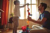 Kleinkind spielt mit seinem Papa