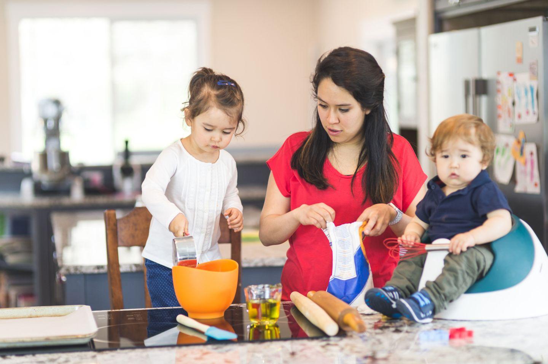 Kinderbetreuung und Haushalt sind anstrengende, anspruchsvolle Arbeit ohne geregelte Zeiten. Und wer arbeitet, der braucht Pausen. Da es zu Hause keinen Betriebsrat gibt, der über die Einhaltung von Pausen wacht, musst Du es schon selbst tun. Damit sind nicht Pausen gemeint, die sich zufällig ergeben: Die Kinder spielen gerade mal ganz friedlich, Du kannst es Dir mit einer Tasse Kaffee auf dem Sofa gemütlich machen? Das ist ein Glücksmoment, der aber in Sekunden schon wieder vorbei sein kann. Kein Betriebsrat würde dies als Pause akzeptieren! Tu Du es auch nicht, sonder plane regelmäßige Pausen ein, eventuell auch mit Babysitter, falls keine Großeltern verfügbar sind. Und falls Dein Partner von der Notwendigkeit noch nicht überzeugt sein sollte: Fordere ihn doch mal heraus, Kind und Haushalt zwei Tage am Stück ganz allein am Laufen zu halten, aber mit allem Drum und Dran.