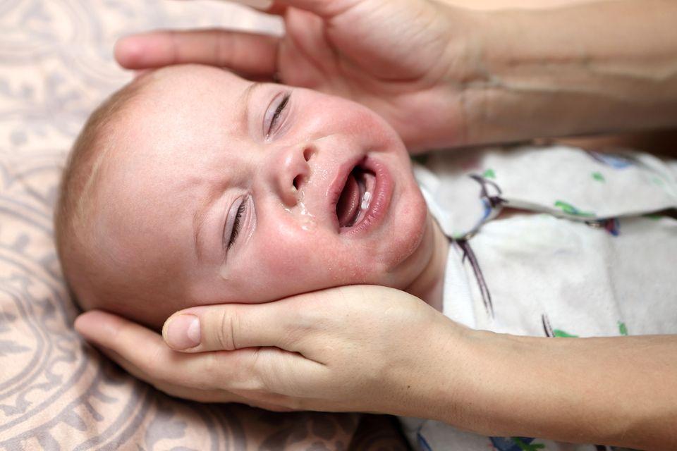 Baby mit Fieber weint