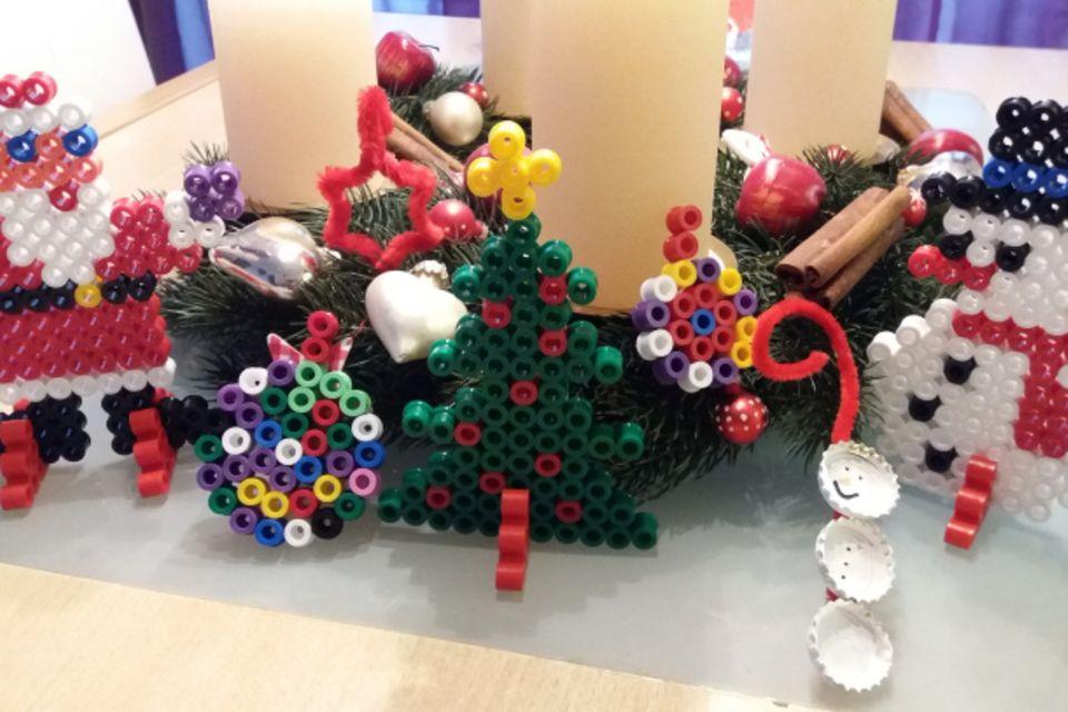 Mamablog Mama Michi: 3 einfach DIY- Baumschmuckideen für den kleinen Geldbeutel // Bügelperlen, Pfeifenreiniger und Kronkorken für den Christbaum in 5 Minuten gebastelt!