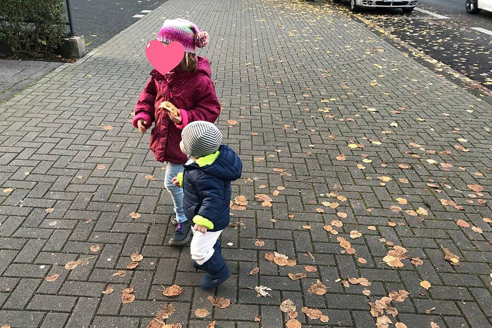 Blog Lächeln und winken Zwei Kinder lieben