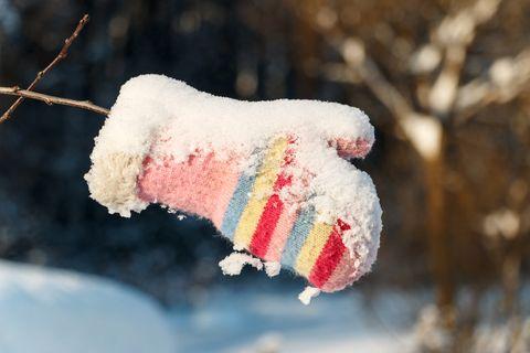 verlorener Handschuh im Schnee