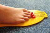 Messe regelmäßig nach, ob die Füße deines Kindes gewachsen sind. In gut ausgestatteten Schuhgeschäften kannst du mit einem speziellen WMS-Fußmessgerät die Fußbreite und Fußlänge messen. WMS steht dabei für weit, mittel, schmal. Im Stehen können durch Schiebeleisten Länge und Breite der Füße exakt bemessen werden. Es gibt auch Modelle, mit denen man das Innere des Schuhs vermessen kann, denn nicht immer stimmen die Größenangabe und die tatsächliche Länge des Innenschuhs überein. Sitzt der Schuh aufgrund seines Spannbereiches (Weite) gut am Fuß und hat die richtige Länge, ist er optimal. Frage einen ausgebildeten Schuhfachverkäufer um Rat. Häufig sind manche Schuhgrößen nicht immer vorrätig. Bestelle lieber notfalls das passende Modell.