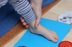 Um auf Nummer sicher zu gehen, dass der Schuh in der Länge optimal passt, (falls kein Messgerät zur Verfügung steht), zeichne vor dem Kauf den nackten Fußumriss deines Kindes auf einen Pappkarton. Zu der längsten Zehe gebe 12 Millimeter dazu und schneide den Umriss aus. Lässt sich die Pappfuß-Schablone leicht in den Schuh legen, haben die Schuhe die richtige Länge. Fertige immer für jeden Fuß eine Schablone an, da die Füße unterschiedlich groß sein können. Eine ähnliche Methode eignet sich auch, um die Passform zu überprüfen: Nehme aus dem Schuh die Sohle und lasse dein Kind seinen Fuß darauf stellen, so siehst du wieviel Platz die Zehen wirklich noch haben.