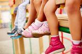 Entscheide dich im Zweifelsfall für die weicheren, leichteren und biegsameren Schuhe. Sie gehen beim Abrollen besser mit. Die Sohle sollte rutschfest sein und keinen Absatz haben, um Unfälle zu vermeiden.  Auf Einlegesohlen mit stützendem Polster kannst du verzichten: Gesunde Kinderfüße brauchen Training und wollen sich selbst ausbalancieren.  Die Schuhe sollten aus einem atmungsaktiven und eventuell wasserdichten Außenmaterial bestehen, das Feuchtigkeit abgibt. Das Innenmaterial sollte Feuchtigkeit absorbieren und diese nach außen transportieren können.  Turnschuhe sind heute besser als ihr Ruf. Sie sind flexibel und nicht einengend. Achte jedoch darauf, dass Fersenkappe und Sohle stabil sind und das Material atmungsaktiv ist (z.B. Gore-Tex).  Gummistiefel und Schuhe aus Lack oder Kunststoff fördern die Bildung von Schweißfüßen und sollten daher wenn, nur kurz getragen werden.  Auch wenn dein Kind einen modischen Trend mitmachen will, achte darauf, dass es ausgleichend auch gesunde und bequeme Schuhe trägt oder auch mal barfuß unterwegs ist.  Mache dir keine Sorgen um die Lebensdauer des Materials: Dein Kind ist schneller aus den Schuhen wieder herausgewachsen, als dir lieb ist.