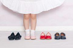 Kinderfüße wachsen schnell und Eltern haben oft das Gefühl, mit dem Schuhkauf gar nicht hinterherzukommen. Reicht dann wenigstens ein Paar Schuhe pro Jahreszeit? Grundsätzlich ja, in der Praxis braucht dein Kind jedoch ein Paar Wechselschuhe. Schließlich sind Schuhe Gebrauchsgegenstände, die zum Beispiel Regen oder Schweiß ausgesetzt sind. Lüften sie nicht ordentlich aus, kann sich schnell ein ideales Fußpilz-Klima in den Schuhen entwickeln.