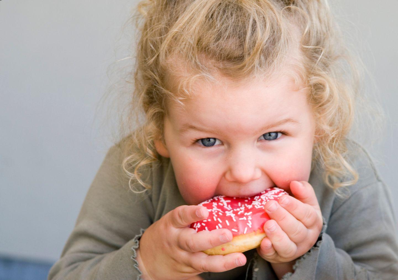Mädchen beißt in einen Donut