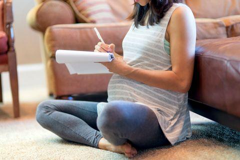 Frau schreibt Geburtsplan