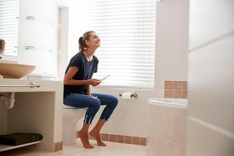 Frau freut sich über positiven Schwangerschaftstest