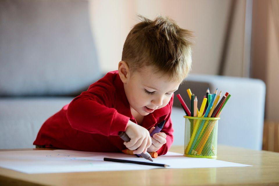 kleiner Junge malt