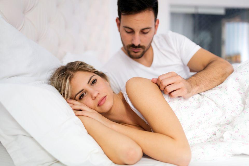 Paar liegt unglücklich im Bett