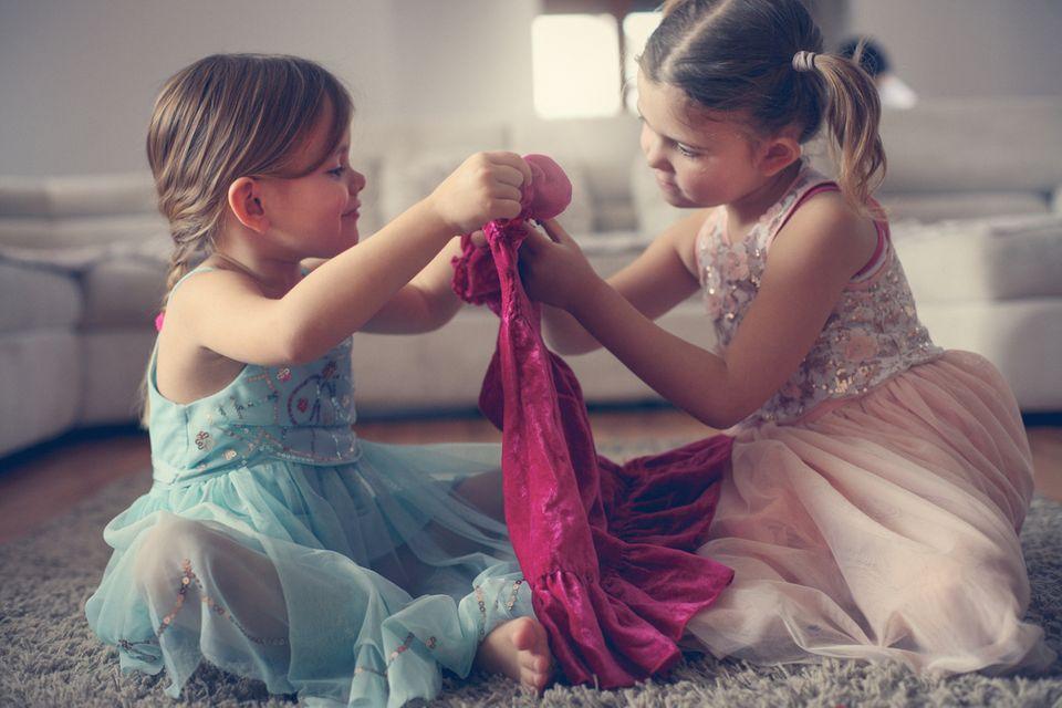 Mädchen schauen sich Kleider an