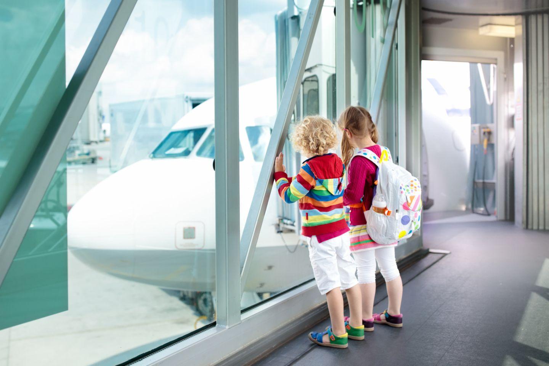 Geschwister am Flughafen