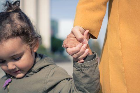 Mutter und Tochter halten Hände