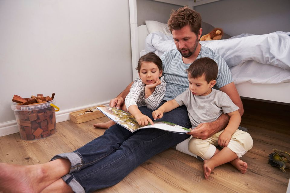 Vater liest Kindern Geschichten vor