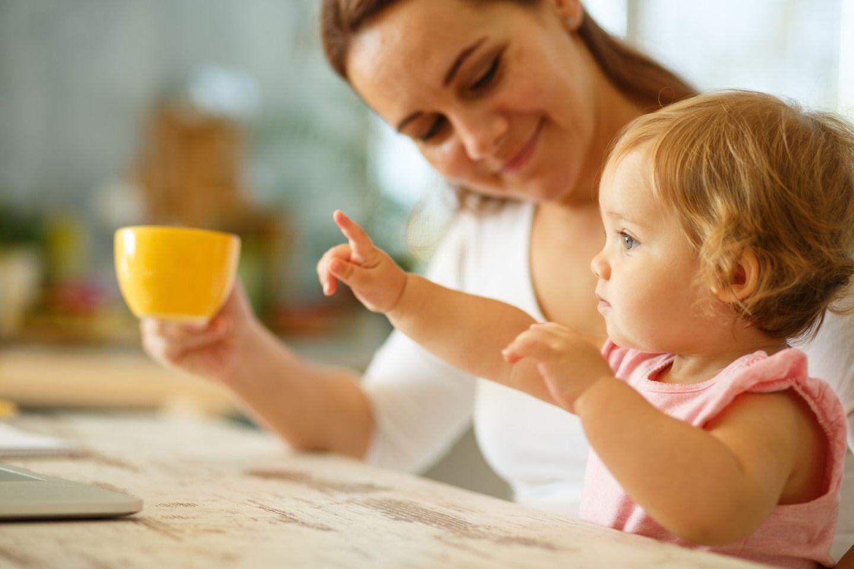Kleines Mädchen zeigt mit dem Finger