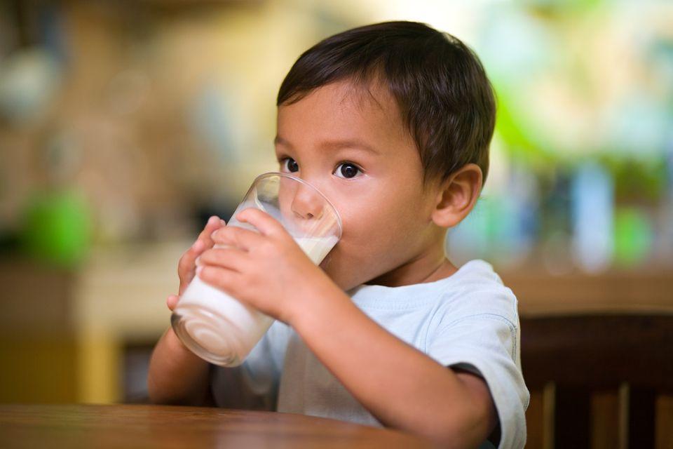 Junge trinkt Milch