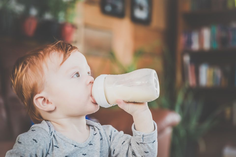 Kleiner Junge trinkt