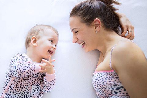 Baby spricht mit seiner Mutter