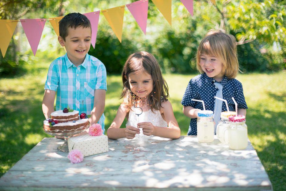 Kinder feiern Geburtstagsparty