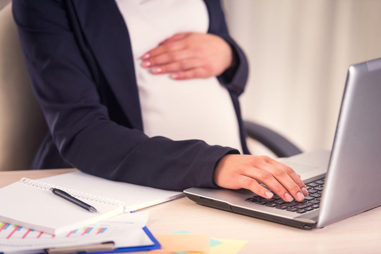 schwangere am arbeitsplatz