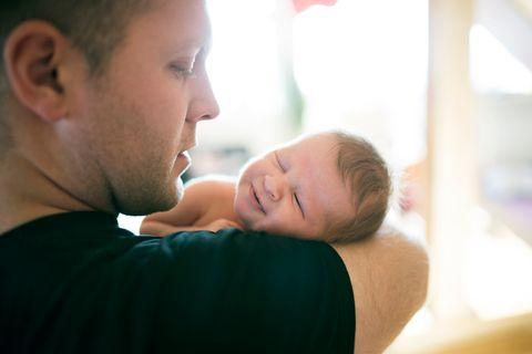 Vater trägt Baby