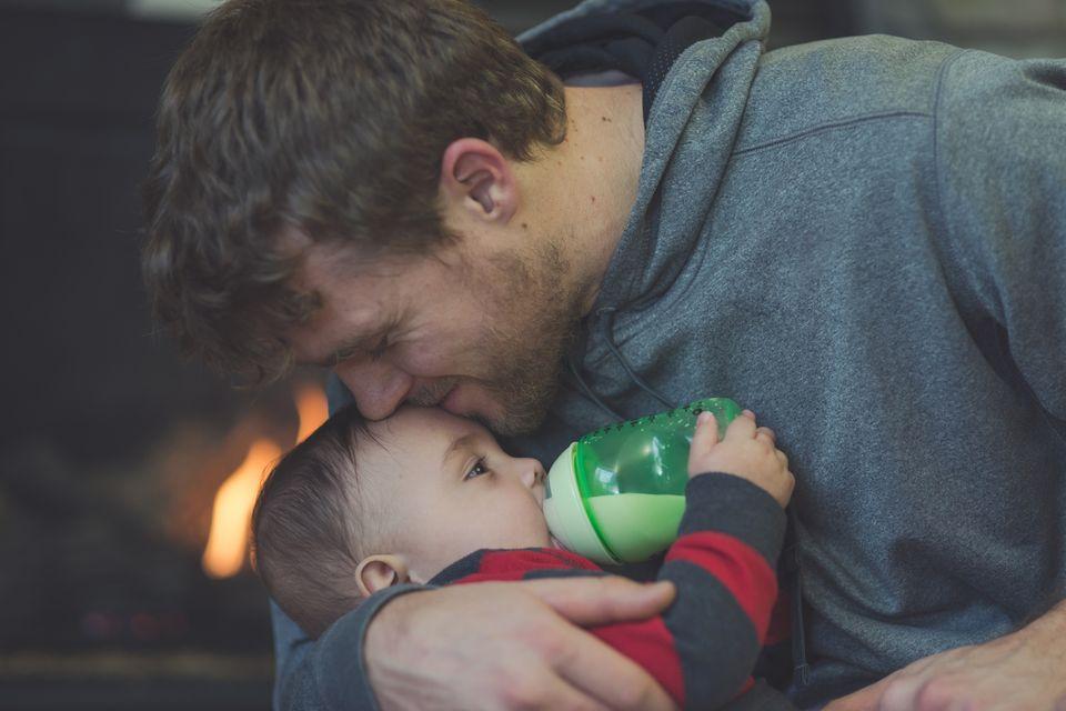 Vater gibt Baby Fläschchen