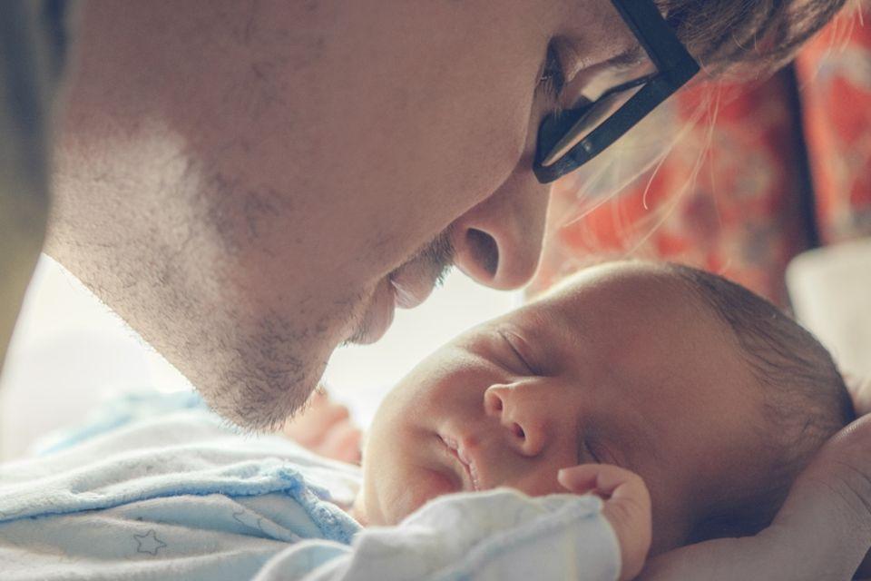 Väter und Babys Kennenlernen
