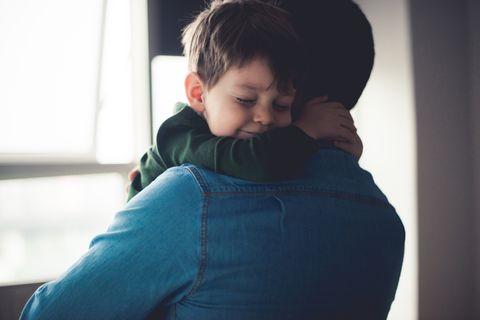 Vater kuschelt mit Kind
