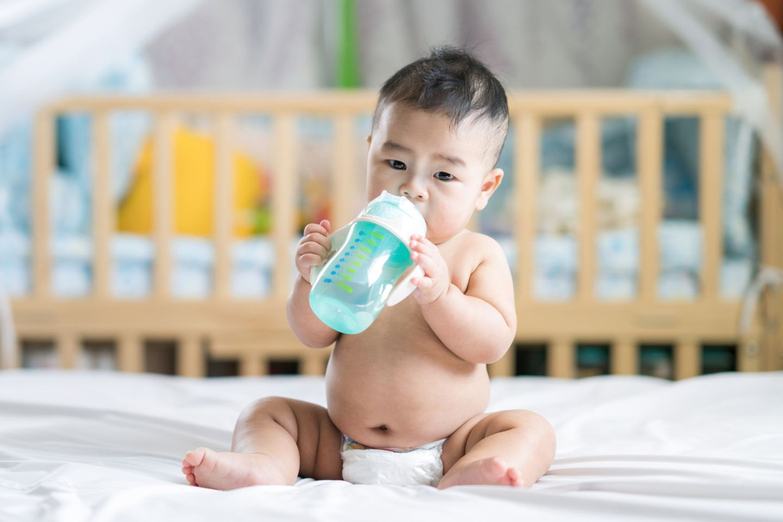 Baby mit Wasserflasche