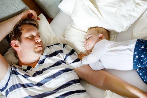 Wie man ein Baby ins Bett legt