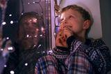 Ho, ho, ho - wer sieht den Schlitten um die Ecke biegen? Kleine Weihnachtsmannbeobachter und Christkindspäher haben viel Ausdauer. Ein trittsicherer Stuhl vor dem Fenster, ein gemütliches Kissen auf der Fensterbank, ein Fernglas, eine Taschenlampe, um den dämmrigen Weg vor dem Haus auszuleuchten und ein bisschen Plätzchenproviant verkürzen die Warterei.