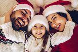 Die Kinder und der Hund haben bereits schicke rot-weiße Nikolausmützen auf - vielleicht traut Papa sich ja auch. Ein Foto von der ganzen Familie im X-mas-Look ist ein netter Adventsgruß für liebe Menschen. Einfach auf ein Stück rote Pappe aufkleben und auf die Reise schicken.
