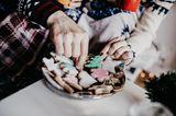 Das alles gehört zur Adventszeit: Vanillekipferl, Lichterketten, Tannenzweige ... halt, nicht zu viel verraten, sonst ist das Spiel nicht mehr spannend! Für das 8. Dezember-Spiel braucht man nur eine Tüte RussischBrot. Jeder Mitspieler zieht einen süßen Buchstaben heraus. Den Keks darf der essen, dem zu seinem (Anfangs-)Buchstaben ein weihnachtliches Wort einfällt. Der Spieler, vor dem die meisten Buchstaben liegen, wenn die Tüte leer ist, hat leider verloren. Er darf aber ein paar Trost-Buchstaben knabbern. Ein Wortspiel von A wie Adventskranz bis Z wie Zimtstern.