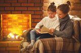 Aus dem dicken Vorlese-Buch ragen verheißungsvoll 24 Glitzerzettel heraus, die haben die Kinder aus Goldfolie geschnitten. Mama hat sie zu 24 Überraschungsgeschichten gelegt, eine für jeden Tag im Advent. Heute Abend gibt es die erste Geschichte vor dem Schlafengehen. Wird das Buch nach dem Vorlesen dann wieder zugeschlagen, verschwindet auch der Zettel - wieder ein Tag weniger bis Weihnachten.