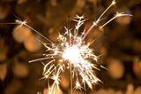 Damit die Geschenke auch garantiert ankommen: Ein kleines Wunderkerzen-Feuerwerk auf dem Balkon oder ein bunt sprühender Vulkan vor der Haustür weisen den Weg. Verkauft wird vor Ende Dezember nur jugendfreies Feuerwerk - das heizt die Vorfreude noch einmal an, ohne dass die Eltern mit den Augen rollen, weil's kracht und gefährlich werden könnte.