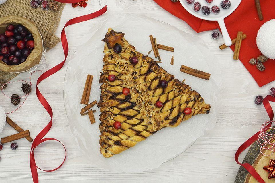 Rezepte: Weihnachtsbaum aus Blätterteig mit Zimtfüllung