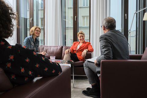 Familienministerin Franziska Giffey im Gespräch mit Biona Schütt, ELTERN online (ganz links), Anke Willers, ELTERN family, und Oliver Steinbach, ELTERN