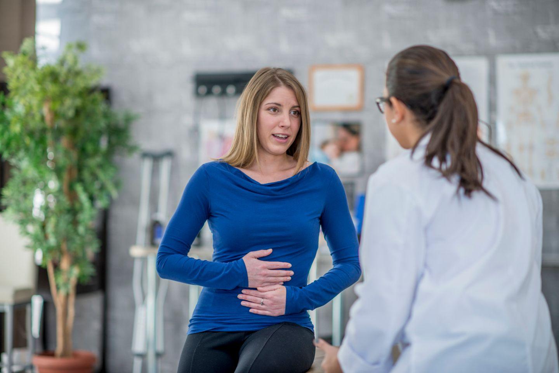 Rektusdiastase: Frau sprciht mit einer Ärztin