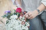 Blessingway mit frischen Blumen: Die Teilnehmerinnen bringen Blumen für ein buntes Potpourri aus unterschiedlichen Blüten mit.   Die verwendeten Blumen können ebenfalls mit einer Symbolik ausgewählt werden. So steht etwa das Schleierkrauf für Hingabe und Liebe und kann sowohl einen Wunsch für die Geburt als auch die Verbundenheit der Teilnehmer zur Schwangeren zum Ausdruck bringen. Die Blumen können für einen Blumenkranz genutzt werden oder um ein gemeinsames Mandala zu legen.         Leitung: Inken Arntzen und Katrin Michel, Gebärmütter    Foto: (c) Romy Geßner